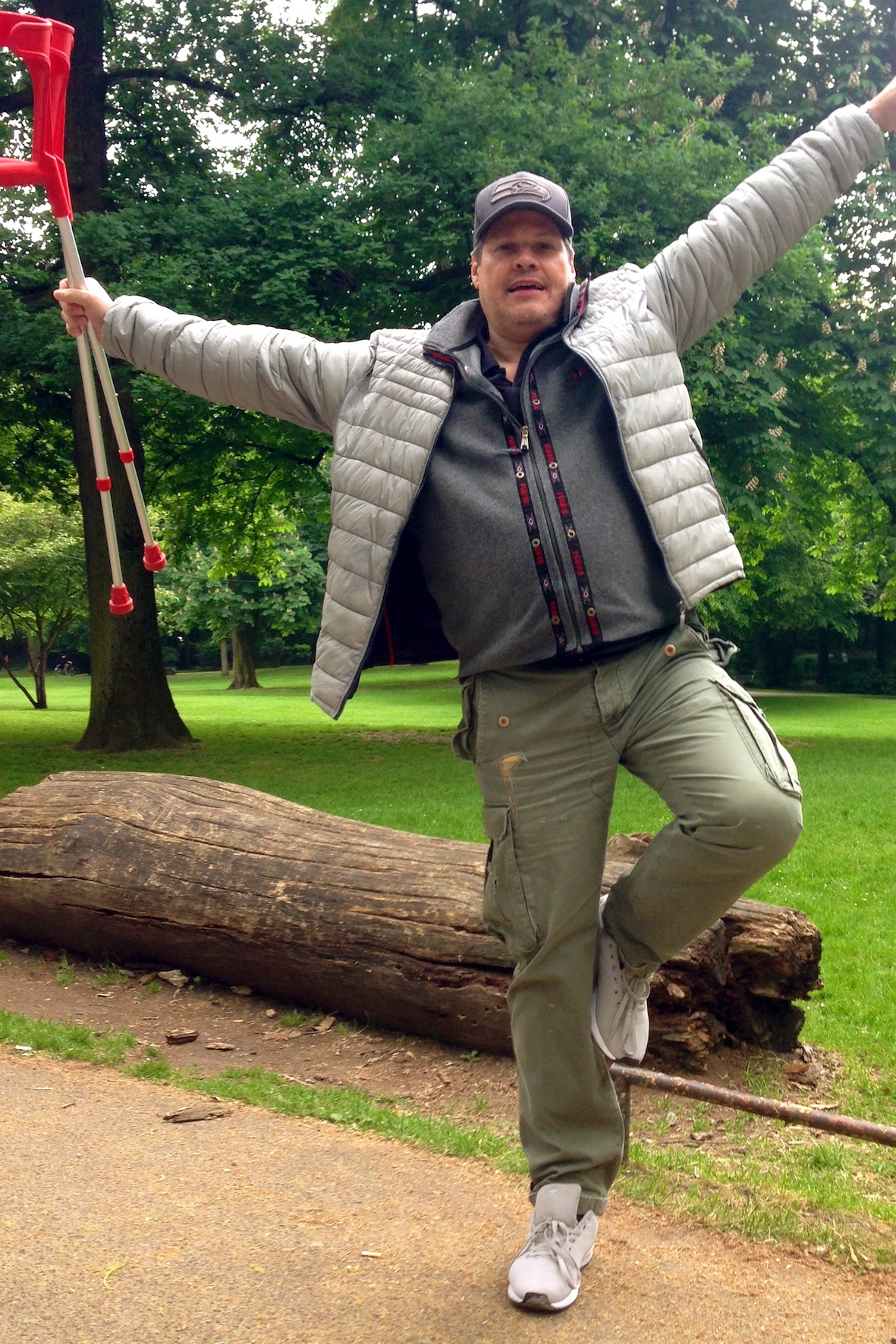 Hochgefühl: Endlich schmerzfrei gehen – der Autor im ersten, noch nicht golfbedingten Überschwang. (Foto: Michael F. Basche)